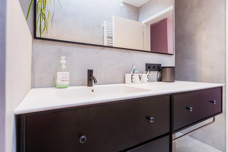 Schwarz-Weiß-Optik im Badezimmer: ein cleaner Look im modernen Bad lässt selbst kleine Räume groß wirken.