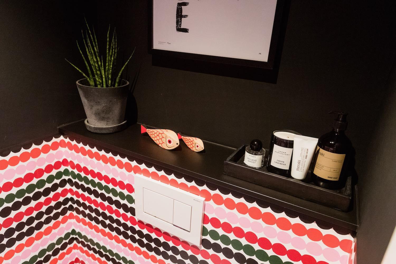 Das Gäste-WC verbindet 70er Jahre Charme mit modernen Elementen. Eine Inneneinrichtung mit Charme und Sinn für guten Geschmack.