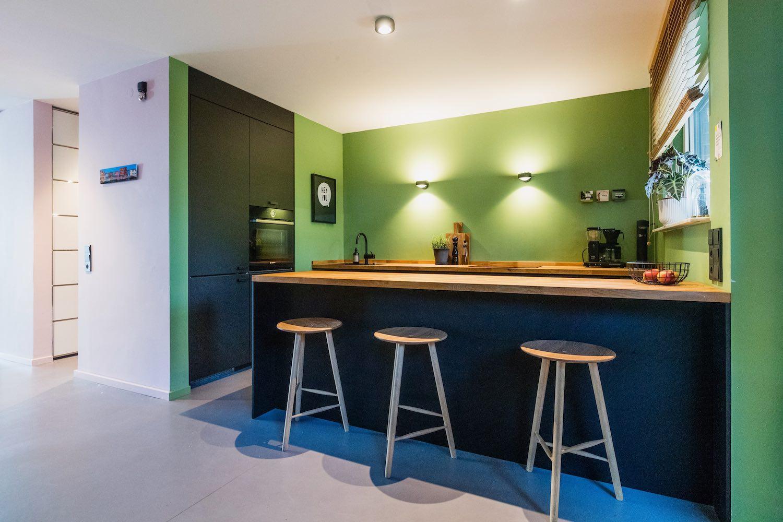 Kleine Küche ganz groß: die große Arbeitsplatz aus einem Stück Holz bietet nicht nur Platz für die Zubereitung der Mahlzeiten, sondern auch zum gemütlichen Sitzen mit den dazu farblich abgestimmten Bar-Hockern.