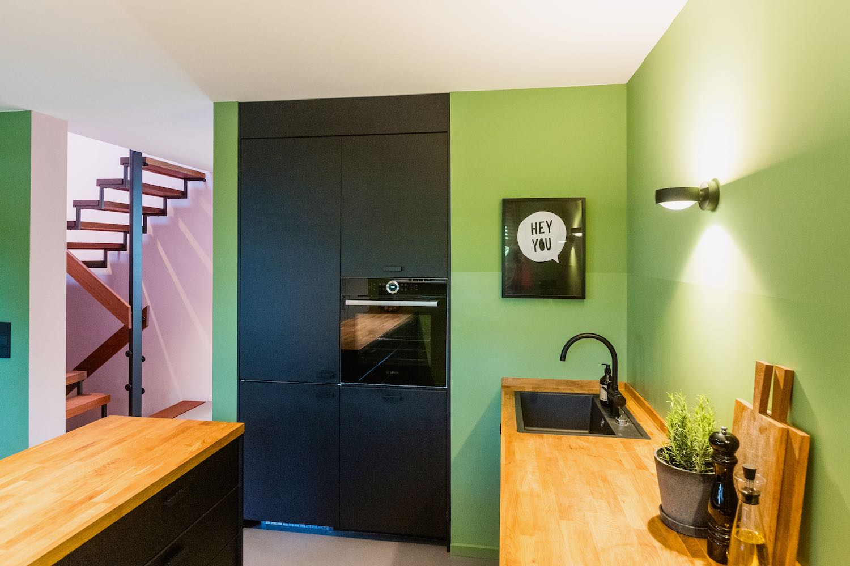 Frisch, mediterran, modern – so ist die neu eingerichtete Küche. Das Konzept für die Inneneinrichtung stammt von Malchow Interior Design, die nicht nur Wert auf die elegante Optik, sondern auch auf die Funktionalität gelegt haben.