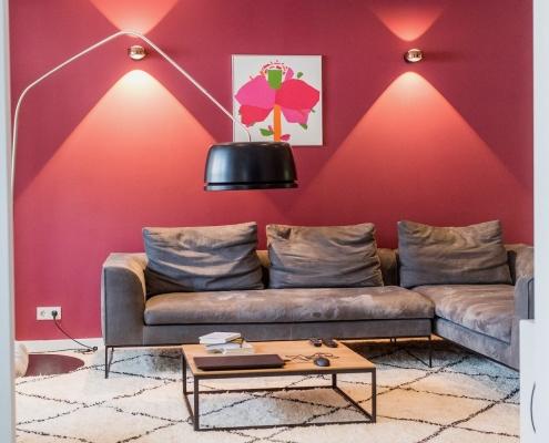 Im Loungebereich lässt es sich auf dem Mell Lounge Sofa von COR lässt es sich wunderbar relaxen. Das Designersofa bietet genügend Platz für Gäste.