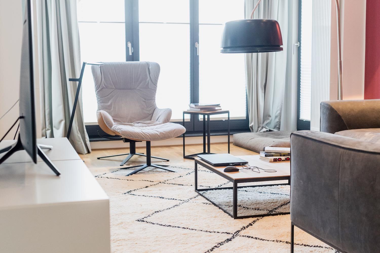 Ein helles Wohnzimmer mit hellen Designermöbeln - hier stimmt einfach alles. Gemütlichkeit trifft auf modernes Design. Der Wingback Sessel ist ein beliebter Rückzugsort für gemütliche Lesesitzungen.