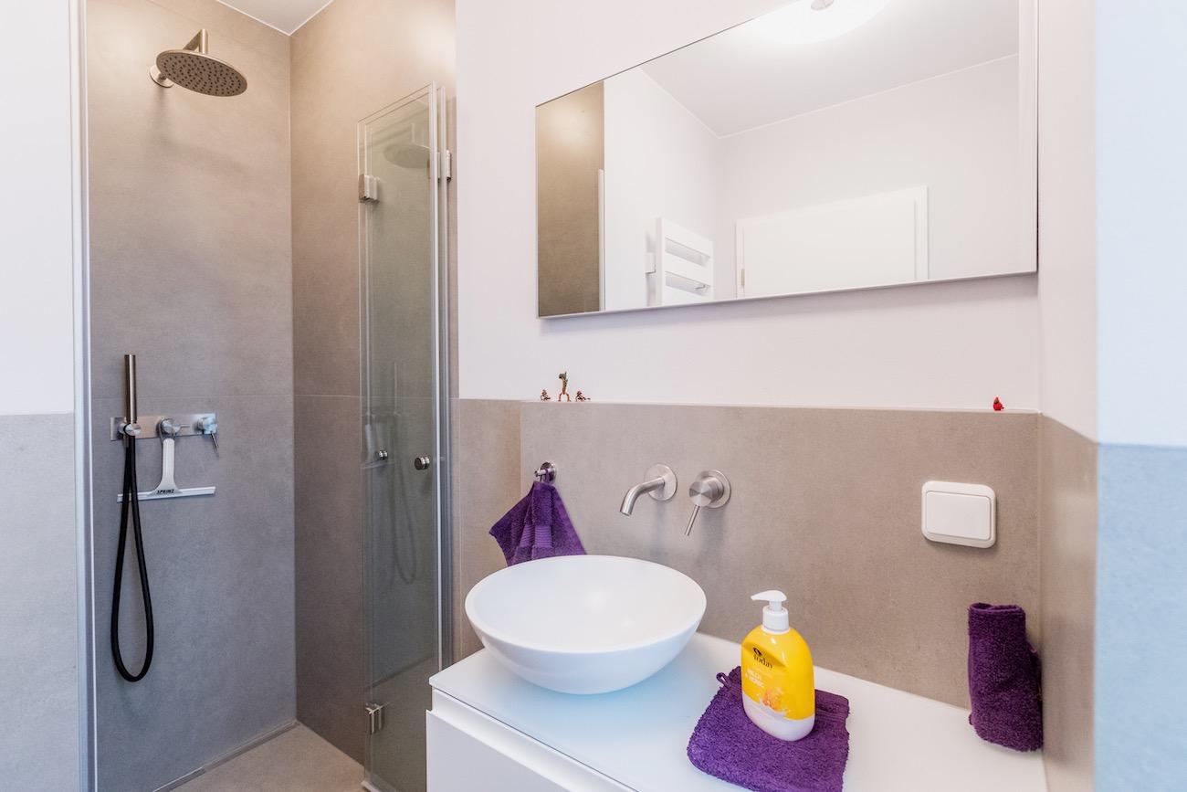 Nach der Sanierung des Einfamilienhauses wirkt das Bad offen und hell