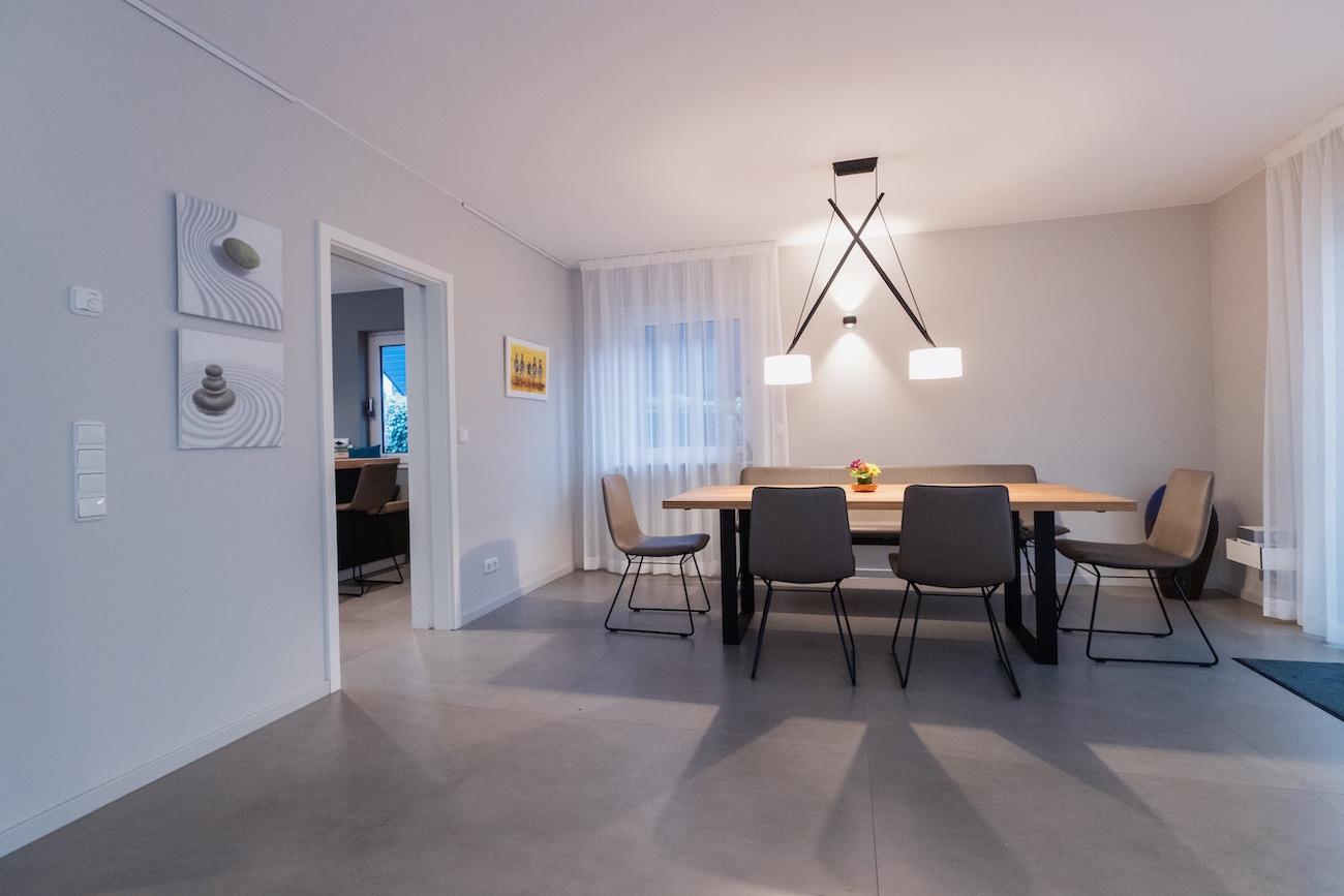 Nach der Einrichtungsberatung durch Malchow Interior Design wirkt das Esszimmer modern und stylisch.