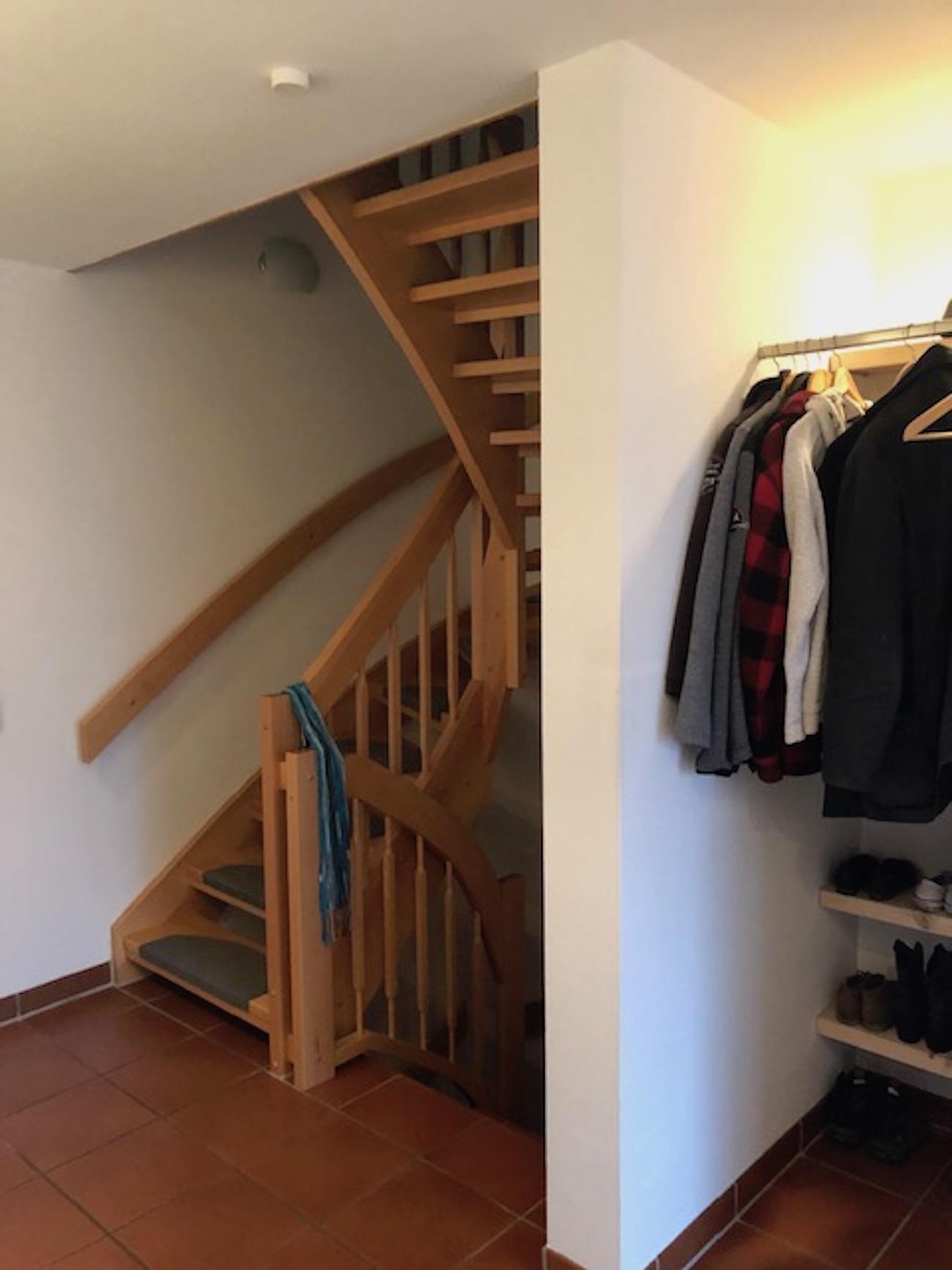 Vor der Einrichtungsberatung durch Malchow Interior Design wirkt das Treppenhaus wenig modern.