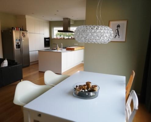 Dank der EInrichtungsberatung von Malchow Interior Design wirkt der moderne Neubau nun gemütlich und wohnlich.