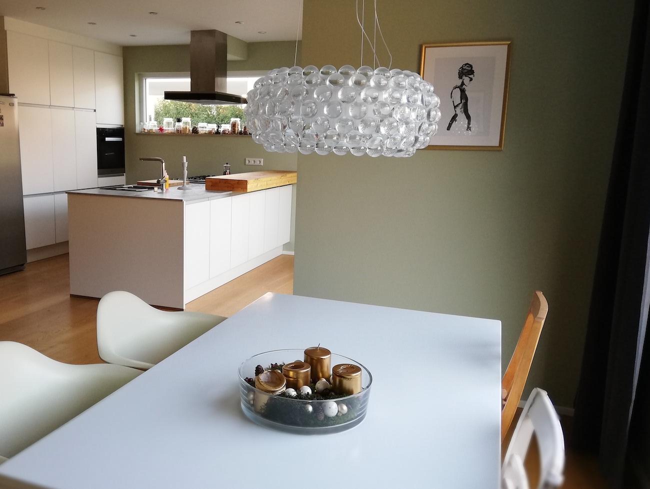 Nach der Einrichtungsberatung duech Malchow Interior Design kommen die Bilder an der Wand besser zur Geltung.