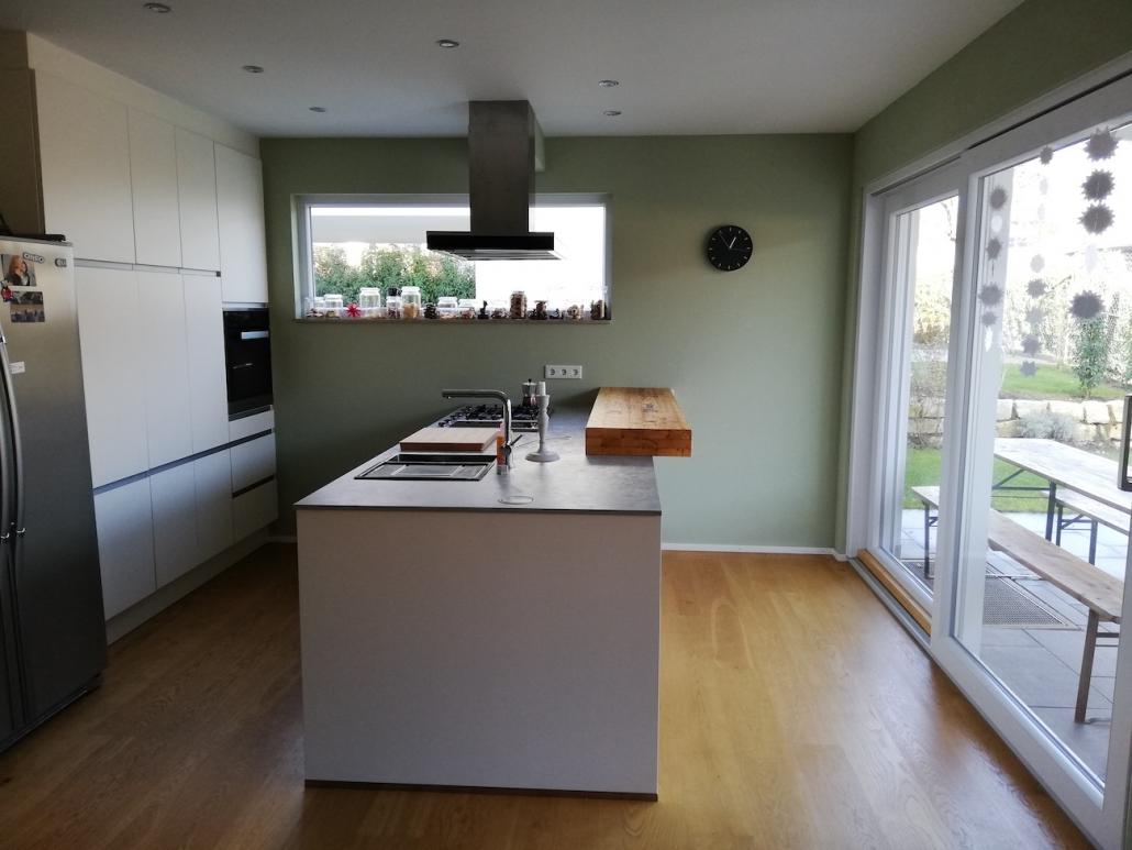 Die offene Gestaltung der Küche wirkt durch die neue Wandfarbe viel einladender