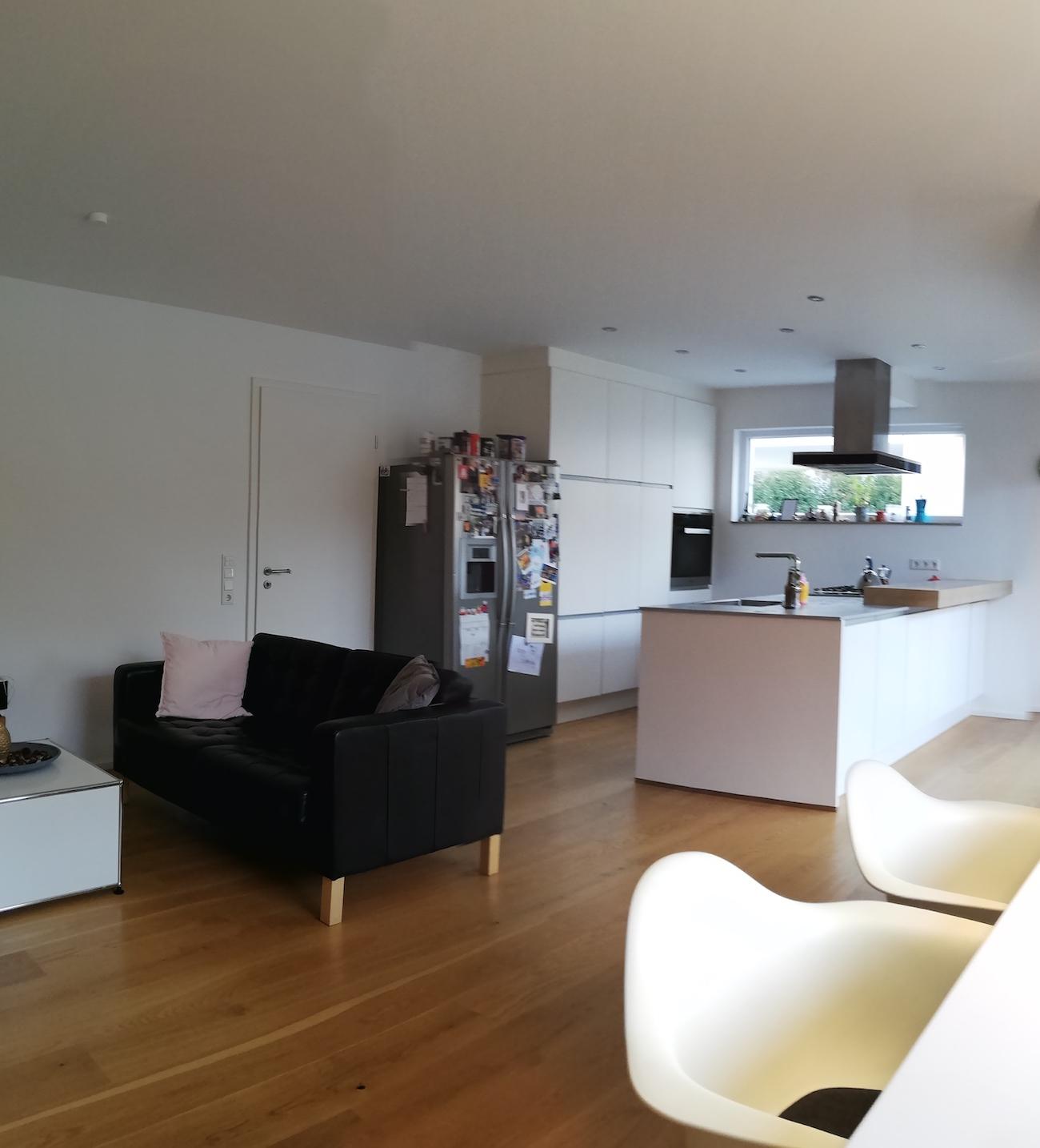 Vor der Einrichtungsberatung durch Malchow Interior Design wirkte der Wohnbereich des Neubaus wenig wohnlich.