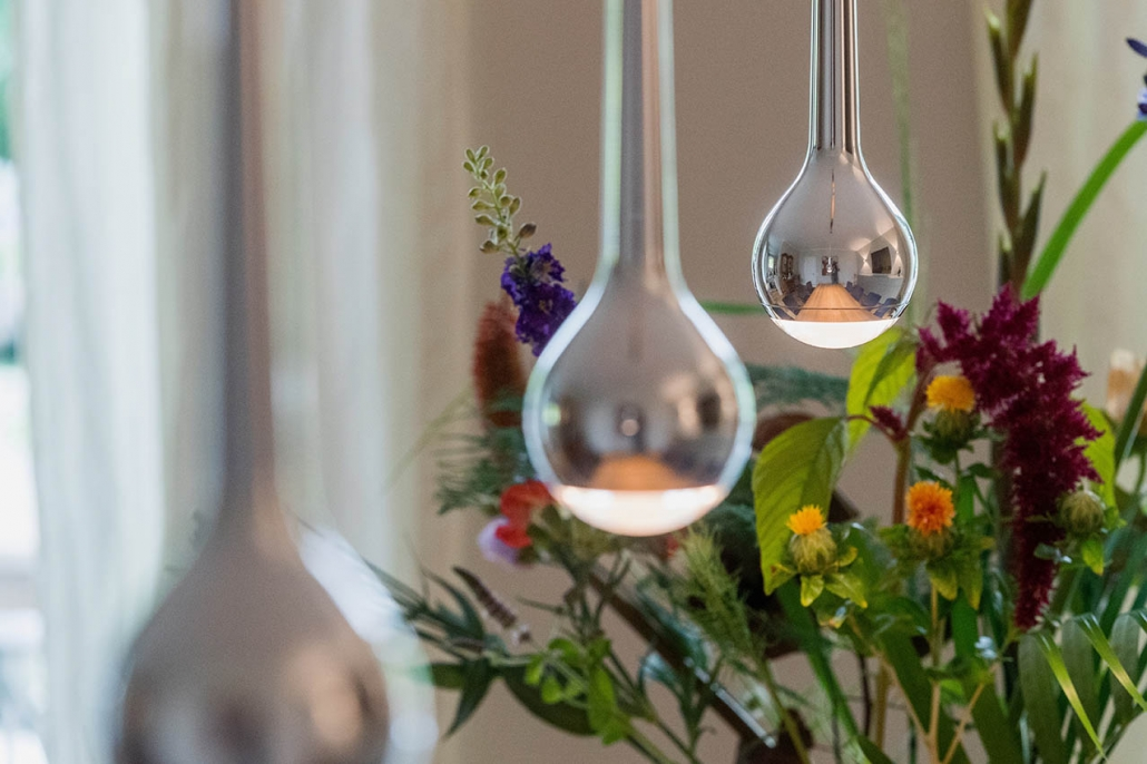 Tischdeko und LED-Lampe auf Esszimmertisch